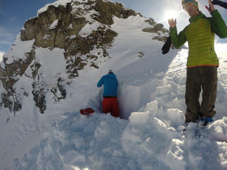 Schneeprofil wird von Snowboarder bearbeitet