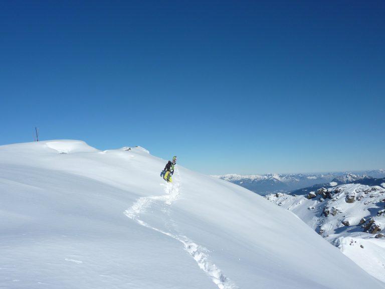 Weg durch den Tiefschnee zum Gipfel